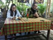 Arist Merdeka Sirait saat memberikan keterangan pers di Warung Kubu Kopi, Renon, Denpasar - foto: Koranjuri.com