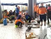 Para sukarelawan tengah mempersiapkan ribuan nasi bungkus untuk para pengungsi terdampak banjir, Senin (18/3/2019) - foto: Sujono/Koranjuri.com