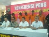Polda Metro Jaya menggelar ekspose terhadap 5 orang yang ditetapkan sebagai tersangka dalam kasus pembajakan mobil Pertamina - foto: Bob/Koranjuri.com