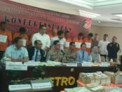 Polda Metro Jaya bersama Ditjen Pajak mengungkap sindikat pemalsuan meterai yang telah merugikan negara sebesar Rp 6 miliar - foto: Bob/Koranjuri.com