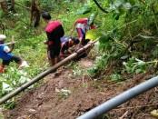 Proses perbaikan jaringan pipa PDAM di Bleber, Bener yang terkena longsor, Senin (18/3) - foto: Sujono/Koranjuri.com