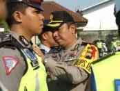 Kapolres Purworejo, AKBP Indra Kurniawan Mangunsong, saat menyematkan pita tanda operasi pada gelar pasukan Operasi Keselamatan Candi 2019, Senin (29/4/2019) - foto: Sujono/Koranjuri.com
