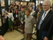 Gubernur Bali Wayan Koster meninjau pameran usai membuka The IX International Conference of Eurasia World Heritage Cities, Resilient Heritage and Tourism di Hotel Prama Sanur Beach, Denpasar, Selasa, 30 April 2019 - foto: Istimewa