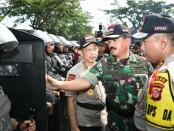 Panglima TNI Marsekal TNI Hadi Tjahjanto dengan prajurit dan Kapolri Jenderal Tito Karnavian meninjau apel gelar pasukan kesiapan Pengamanan Pemilu 2019 di Bogor - foto: Istimewa