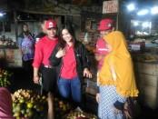 Vita Verina, caleg DPR RI PDI Perjuangan dari Dapil VI Jateng, saat menemui pedagang di pasar Kutoarjo, Purworejo - foto: Sujono/Koranjuri.com
