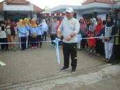 Wahidin, Direktur Akper Pemkab Purworejo, saat memberangkatkan peserta jalan sehat dalam rangka Dies Natalis yang ke 17, Sabtu (13/4/2019) - foto: Sujono/Koranjuri.com