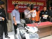 Dua orang pengangguran, IN (25) dan SU (26), warga Desa Lumbu, Kutowinangun, Kebumen, pelaku pencurian sepeda motor milik tetangganya sendiri, kini diamankan di Mapolsek Kutowinangun - foto: Sujono/Koranjuri.com