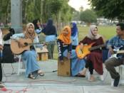 Penampilan grup Saka Kustik SMK Kesehatan Purworejo, menghibur masyarakat dalam bagi-bagi takjil di alun-alun Purworejo, Jum'at (24/5/2019) - foto: Sujono/Koranjuri.com