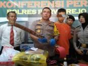 Kapolres Purworejo, AKBP Indra Kurniawan Mangunsong, menunjukkan barang bukti dan  tersangka Gn, seorang PNS yang tega menghabisi istrinya karena sakit hati digugat cerai, Senin (6/5/2019) - foto: Sujono/Koranjuri.com