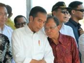 Bupati Badung Nyoman Giriprasti (kiri) dan Gubernur Bali Wayan Koster (kanan) mendampingi Presiden Jokowi saat berada di Desa Kutuh, Kuta Selatan, Jumat, 17 Mei 2019 - foto: Istimewa