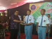 Ahmad Kamdani, MPd, Kepala SMK YPP Purworejo, saat memberikan reward pada siswa berprestasi di acara pelepasan siswa - foto: Sujono/Koranjuri.com
