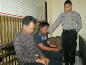 Dua kawanan pencuri spesialis hp, KM (26) warga Desa Donosari, Kecamatan Sruweng dan IW (27)  warga Desa Wonosari, Kecamatan Kebumen, yang telah berhasil ditangkap tim Resmob Polres Kebumen - foto: Sujono/Koranjuri.com
