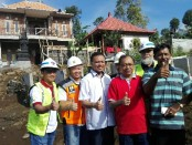 Gubernur Bali Wayan Koster, Sekda Provinsi Bali bersama pelaksana proyek dan Wayan Sudiarta dengan latarbelakang rumah baru milik keluarga Wayan Sudiarta - foto: Koranjuri.com