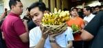 Jokowi Beserta Keluarga Kunjungi Pasar Gede Solo, Belanja Buah dan Irus