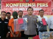 Kapolres Kebumen, AKBP Robertho Pardede, menunjukkan barang bukti dan tersangka BD - foto: Sujono/Koranjuri.com