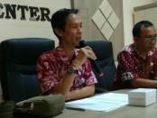 Agung Wibowo, AP, Kepala Dinas Pariwisata dan Kebudayaan Kabupaten Purworejo, dalam jumpa persnya, Kamis (13/6), didampingi Kabag Humas, Bambang Gatot Seno Aji - foto: Sujono/Koranjuri.com