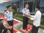 Karutan Kelas IIB Purworejo, Lukman Agung Widodo, saat memberikan remisi khusus Idul Fitri kepada salah satu narapidana - foto: Sujono/Koranjuri.com