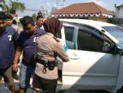 Dua warga Kebumen pelaku pemerasan, AH dan SS, dengan barang bukti mobil - foto: Sujono/Koranjuri.com