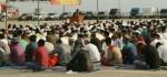 Umat Islam di Rote Ndao Khusuk Menjalankan Shalat Ied di Pelabuhan Ba'a