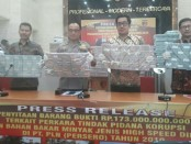 Polisi menunjukkan barang bukti hasil kejahatan dalam kasus dugaan korupsi di tubuh PLN tahun anggaran 2010 - foto: Bob/Koranjuri.com