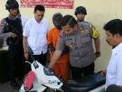 Tersangka JM (15), warga Desa/Kecamatan Kedungreja, Kabupaten Cilacap, kini diamankan di Mapolres Kebumen dengan barang bukti dua sepeda motor - foto: Sujono/Koranjuri.com