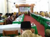 Dr. H. Maksudin, M.Ag, Direktur CTSD UIN Sunan Kalijaga Yogyakarta, saat menyampaikan materi dalam Workshop Pengembangan dan Penyusunan KTSP Terintegrasi dengan Pesantren yang diselenggarakan MA An Nawawi Berjan Purworejo, Senin (17/6), di auditorium KH Zarkasyi STAI An Nawawi Berjan Purworejo - foto: Sujono/Koranjuri.com