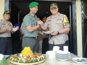 Pemotongan tumpeng oleh Dandim 0503 JB dan diberikan kepada Kapolres Metro Jakarta Barat - foto: Istimewa