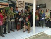Direktur PDAM Purworejo, Hermawan Wahyu Utomo, ST, bersama masyarakat Kelurahan Bandung, Kutoarjo penerima bantuan bibit - foto: Sujono/Koranjuri.com