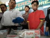 KBO Satres Narkoba Polres Purworejo, Iptu Edy Winawan, SE, menunjukkan barang bukti dan tersangka Syt - foto: Sujono/Koranjuri.com