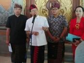 Gubernur Bali Wayan Koster memberikan keterangan pers di Jaya Saba terkait permohonan uji materi yang dilayangkan Asosiasi Daur Ulang Plastik Indonesia (ADUPI) atas Pergub Nomor 97 Tahun 2018 yang ditolak Mahkamah Agung - foto: Koranjuri.com