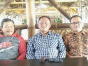 Slamet Riyanto (tengah), didampingi Mulyanto, mantan kades Brenggong (kiri) dan Sukiswanto, mantan kades Guyangan (kanan) - foto: Sujono/Koranjuri.com
