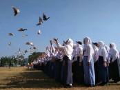 Ratusan siswa baru SMK Kesehatan Purworejo, Senin (15/7), melepaskan ratusan burung merpati, menandai dimulainya kegiatan PLSSB yang berlangsung selama enam hari - foto: Sujono/Koranjuri.com