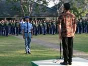 Ratusan siswa baru SMKN 4 Purworejo, saat mengikuti upacara pembukaan LDDK, Kamis (18/7), dipimpin oleh Kepala Sekolah, Wahyono, S.Pd, M.Pd. - foto: Sujono/Koranjuri.com