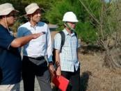 Pengecekan lokasi yang akan dipasang alat pendeteksi tsunami, Senin (1/7), di pantai Pasir Puncu, Keburuhan, Ngombol, Purworejo - foto: Sujono/Koranjuri.com