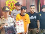 Srj, ayah bejat yang tega mencabuli anak tirinya, kini ditahan di Mapolsek Kutoarjo dengan sejumlah barang bukti - foto: Sujono/Koranjuri.com