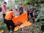 Petugas tengah mengevakuasi mayat yang ditemukan di pekarangan warga Desa Plarangan, Kecamatan Karanganyar, Rabu (24/7) pagi - Sujono/Koranjuri.com