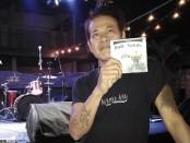 Tony Waluyo Sukmoasih atau Tony Q Rastafara menunjukkan album kompilasi band asal Bali berjudul Bali Sands. Tony memfasilitasi peluncuran album tersebut dibawah label  Salam Damai Production - foto: Koranjuri.com