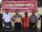 MI (56), oknum guru bejat yang tega menyetubuhi muridnya hingga 7 kali, kini ditahan di Mapolres Kebumen - foto: Sujono/Koranjuri.com