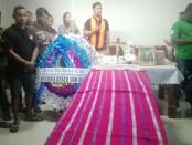 Sejumlah kerabat dan rekan sejawat mengadakan misa pelepasan jenazah Dominggus Dapa (27) yang digelar di Rumah Duka RSUP Sanglah, Denpasar, Selasa, 2 Juli 2019 - foto: Koranjuri.com