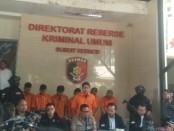 Polda Metro Jaya melakukan ekspos kejahatan Curat dan pelaku penganiayaan dengan tersangka pisenetron Kriss Hatta - foto: Koranjuri.com