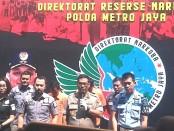 Subdit I Ditresnarkoba Polda Metro Jaya (PMJ) berhasil menangkap E dan IP, DPO terkait kasus narkotika jenis sabu-sabu yang menjerat komedian Nunung dan suaminya, dari Lapas Klas IIA Bogor, Paledang, Jawa Barat - foto: Bob/Koranjuri.com