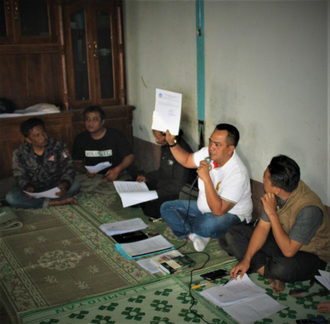 Keterangan foto: BRM.Kusuma Putra, SH,M.H tengah menunjukan surat pendaftaran ke BPCB.