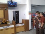 Bupati Purworejo Agus Bastian, didampingi Kajari Purworejo Alex Rahman, beserta para pimpinan jajaran Forkopimda, saat meninjau ruangan pelayanan pembayaran tilang di Kejaksaan Negeri Purworejo, Kamis (1/8) - foto: Sujono/Koranjuri.com