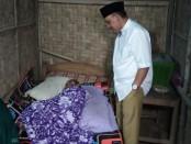 Bupati Purworejo Agus Bastian, saat melihat kondisi Jamaluddin, si pemilik rumah yang jadi homestay bupati dalam kunjungan Bupati Saba Desa, di Desa Kaliwungu, Bruno, Senin (26/8/2019) - foto: Sujono/Koranjuri.com