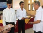 Kepala Dinperinaker Kabupaten Purworejo, Gatot Suprapto, SH, saat menyerahkan sertifikat dan kenang-kenangan kepada peserta dengan hasil terbaik untuk masing-masing kejuruan - foto: Sujono/Koranjuri.com