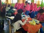 Pemeriksaan kesehatan terhadap siswa SMK Kesehatan Purworejo, dalam rangka skrining kesehatan remaja terhadap penyakit tidak menular, Rabu (28/8), oleh petugas dari Puskesmas Mranti - foto: Sujono/Koranjuri.com