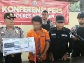 Ngaku duda dan melakukan penipuan terhadap kekasihnya,  Samingan (52), warga Kawunganten, Cilacap, kini ditahan polisi - foto: Sujono/Koranjuri.com