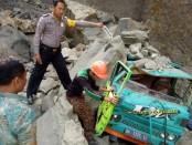 Petugas tengah mengevakuasi sopir truk, karena tertimpa longsoran batu cadas, Sabtu (31/8/2019) - foto: Sujono/Koranjuri.com
