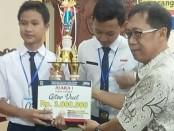Dua Siswa SMP N 2 Purworejo, Yeheskhi Hernanda dan Ivan Alfreda Hernando, meraih juara satu dalam FLS2N SMP tingkat Provinsi Jateng, untuk mata lomba Gitar Duet - foto: Sujono/Koranjuri.com