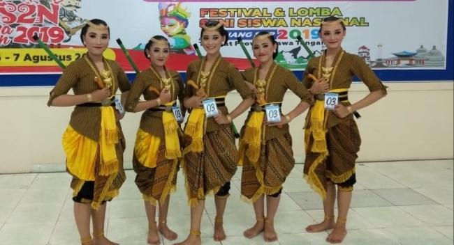 Grup tari kreasi SMPN 2 Purworejo saat tampil DI FLS2N Tingkat Jawa Tengah - foto: Sujono/Koranjuri.com